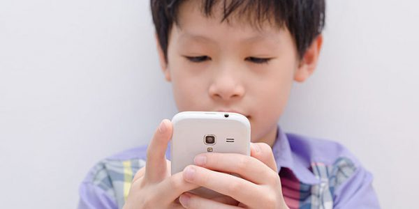 falsk-narsynthet-barn-mobiltelefoner_1